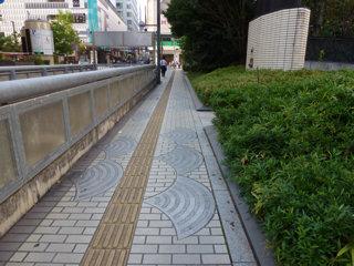 写真20140929p1960269b:ふれあい広場前の歩道のタイル